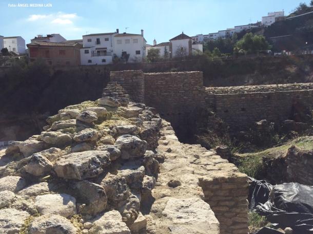 La muralla de la fortaleza frente al Carmen. Abajo, dos detalles de la escalera de la Mina. FOTO: ÁNGEL MEDINA LAÍN