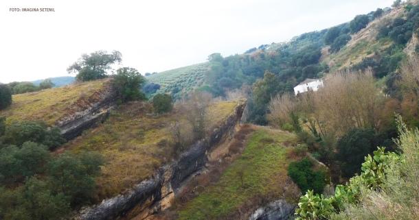 El camino de la era García y Pedro Pardo, al lado del espectacular desfiladero de las Cuevas Román, un tesoro oculto de Setenil. Más información aquí https://goo.gl/lwfBcw