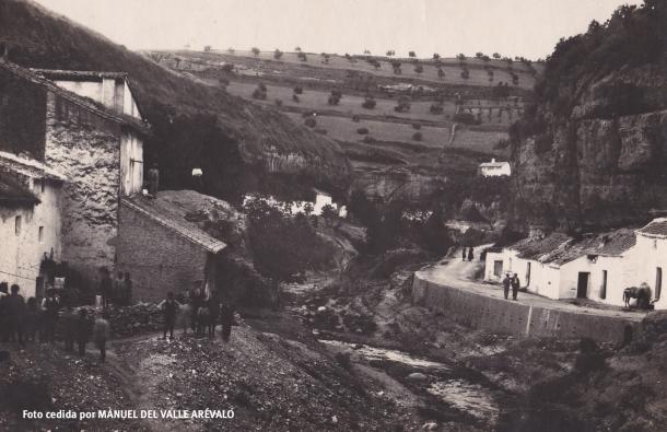 Esta calle está vinculada a alguna fábrica de jabón, que eran comunes en el siglo XVIII y XIX en Setenil. Aquí bajaban las mujeres a lavar la ropa. Donde antes había burros ahora aparcan los coches. Casas orientadas al río. Lo que ahora son perreras abandonadas en la calle Mina, en estas fechas estarían probablemente habitadas, no en vano era una de las calles más antiguas de Setenil. Foto cedida por MANUEL DEL VALLE ARÉVALO.