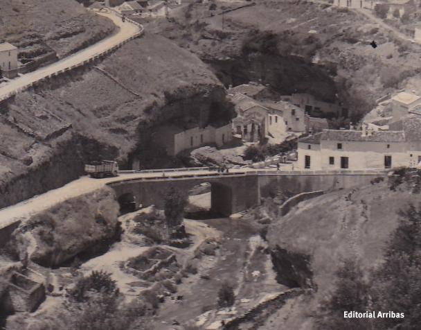 Detalle de una fotografía de la colección de la Editorial Arribas, con el puente ya construido y la casa del actual Bar Zamudio derribada. En esta imagen se aprecia perfectamente el camino que llevaba hasta la Higuerilla, el frecuentado charco de la Viga y las Cuevas Román.