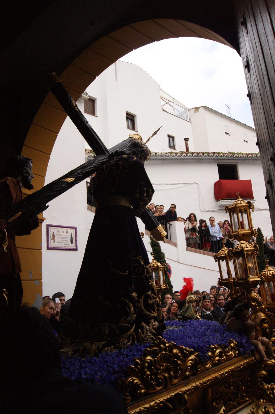 El trono de Padre Jesús sale de San Benito con la plaza abarrotada. Foto: LOLI CALVENTE