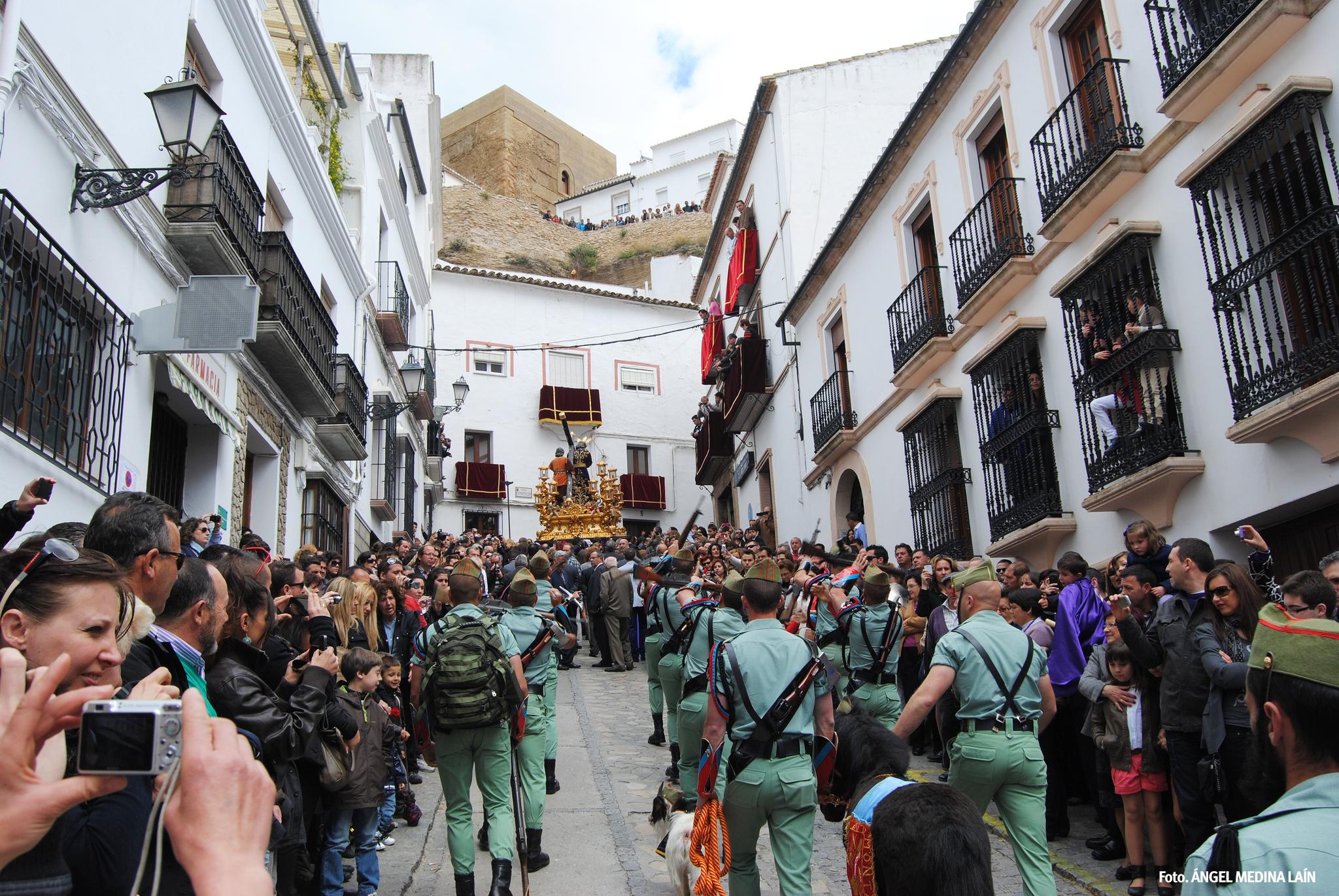 La procesión asciende la pronunciadísima cuesta de la Plaza de Andalucía, arropada por un público numeroso que valora el esfuerzo. Foto: ÁNGEL MEDINA LAÍN
