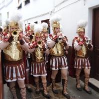 Los músicos de esta banda de romanos tienen que apretarse para transitar por la estrecha calle Alta. Foto: ÁNGEL MEDINA LAÍN.