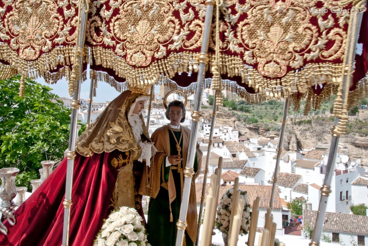 El palio de la Virgen y San Juan desciende por la Cantarería. con la Iglesia y el Torreón al fondo. Foto: MARIO GARCÍA VARGAS