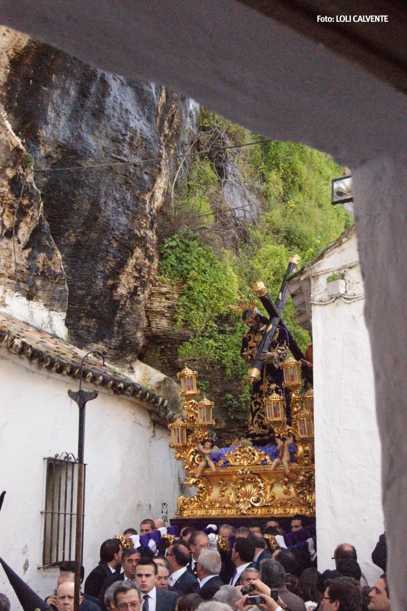 Padre Jesús, en el difícil giro de la Cantarería y las Cuevas de la Sombra, con el tajo de fondo. Foto. LOLI CALVENTE