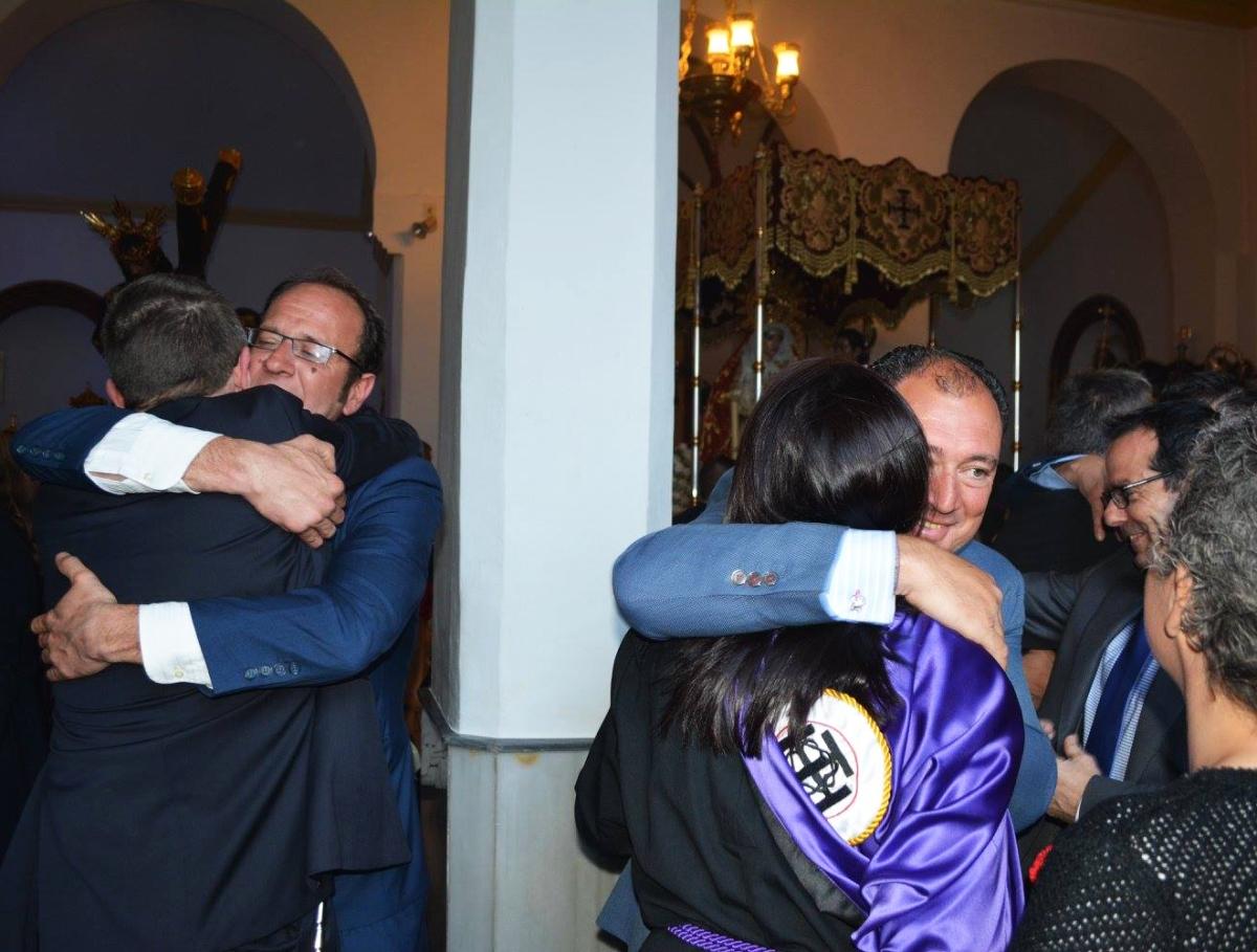 Abrazos emocionados de Los Negros tras el éxito de la procesión. Foto: MARÍA GUZMÁN JIMÉNEZ