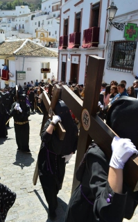 Los penitentes suben el pecho de la Plaza el Viernes Santo. Foto: MARÍA GUZMÁN JIMÉNEZ