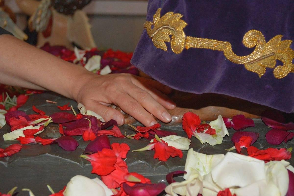 Un detalle de la devoción a la imagen de Padre Jesús. Foto: MARÍA GUZMÁN JIMÉNEZ