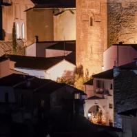 Impresionante imagen del regreso del Amarrao a su entrada en la Villa, emergiendo entre la silueta imponente del Torreón nazarí. Foto. MARIO GARCÍA VARGAS