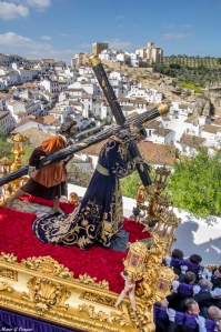 La imagen de Padre Jesús desciende por la calle Cantarería, con el castillo al fondo. Foto: MARIO GARCÍA VARGAS