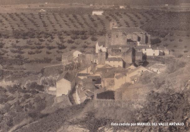 En esta fotografía se observa la bajada a Los Cortinales donde ahora está el balcón de la plaza y la fachada blanca de la Iglesia en los años '20. Foto cedida por MANUEL DEL VALLE ARÉVALO.