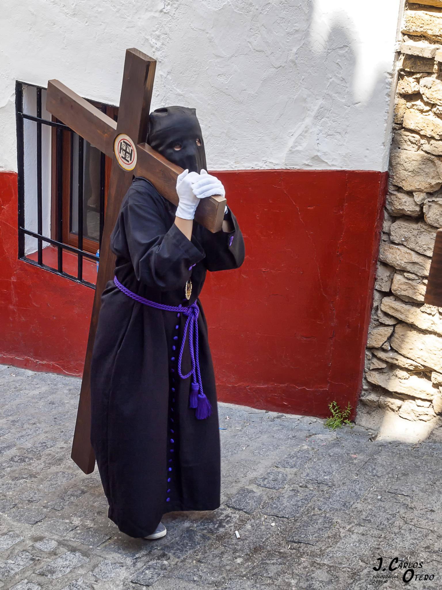 Las penitencias, antes de entrar en la Plaza de Andalucía. Foto: JUAN CARLOS OTERO