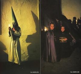 Penitentes de las dos hermandades: Los Blancos y Los Negros. Obra del fotógrafo RAMÓN LEÓN.