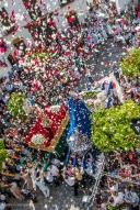 Lluvia de pétalos en el encuentro festivo del Resucitado y la Virgen del Rosario en la Plaza de Andalucía. Foto: MARIO GARCÍA VARGAS