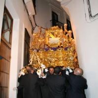 El Santo Entierro, en la complicada maniobra para salir de la Villa. Foto: RODOGO