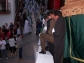 Maniobra impresionante sobre la albarrá para sacar el trono del Amarrao de la Villa. Foto. ÁNGEL MEDINA LAÍN