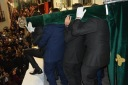 Fantástica fotografía que recoge uno de los momentos más singulares de la Semana Santa de Setenil: la salida de la Villa maniobrando sobre la albarrá. Foto. MARIA GUZMÁN JIMÉNEZ