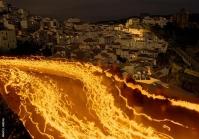 El Silencio es una de las procesiones más antiguas de Andalucía. Sus orígenes se remontan a 1551, en el inicio de la Hermandad de la Vera-Cruz. Pocas fotografías reflejan mejor que la tomada por Mario García Vargas el estrépito en la madrugada del jueves al viernes de las penitencias sobre un Setenil a oscuras y la única iluminaciónde la luna de primavera sobre el pueblo blanco. Foto: MARIO GARCÍA VARGAS