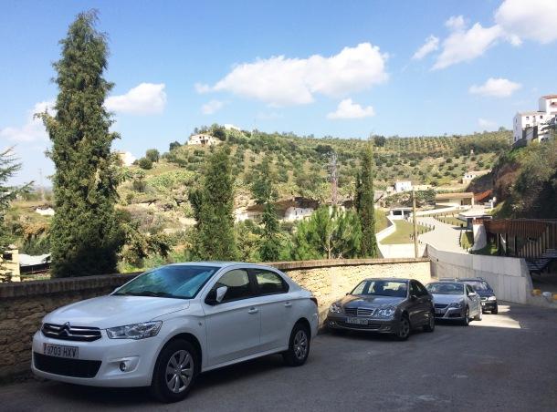 """Los coches aparcan de manera habitual en los accesos al edificio del aparcamiento en Las Calañas. Durante la Semana Santa de 2015, en vísperas de las elecciones municipales, se abrió de manera """"extraoficial"""" y provisionalmente. Foto: IMAGINA SETENIL."""