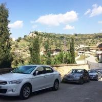 Los coches se acumulan cada fin de semana en la entrada del edificio del aparcamiento en Las Calañas.
