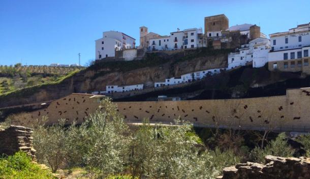Perfil del edificio del aparcamiento público y la fortaleza de Setenil desde Las Cabrerizas.