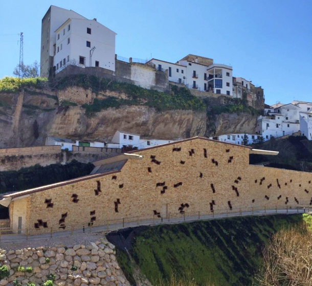La altura del edificio principal del aparcamiento invade la vista de esa calle excepcional que es Las Calcetas.