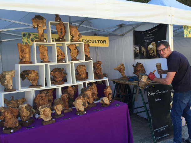 Los artesanos mostraron la riqueza de la cultura vinculada al olivo. En la imagen vemos el stand de Diego Guerrero, que hace esculturas con troncos de olivo.