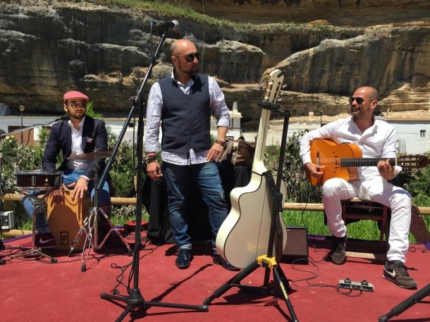 La Cachaba animó el Paseo del Río con su flamenco-fusión, con el impresionante fondo de la calle Cabrerizas.