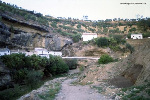 Estado del corte de la calle Calcetas antes de levantar el párking, cuando comenzó la Cata de Urgencia de Las Calcetas (1997).