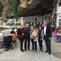 Barragán y su familia posan delante de La Abacería del Puente tras dar buena cuenta de un exquisito plato de jamón.