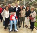 """Modesto Barragán posa con los amigos de """"Sonrisa Libre"""", con quienes ha colaborado en su calendario anual."""