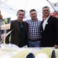 """Barragán degustó los dulces de Durán, protagonistas del último reportaje emitido por """"Andalucía Directo"""" el pasado viernes y que estuvo dedicado al aceite de oliva. Foto: TELE ALCALÁ"""
