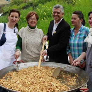 Barragán removió las extraordinarias migas elaborada por Los Negros. Foto: TELE ALCALÁ