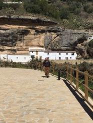 Este paseo es un mirador excelente de Las Cabrerizas. En este imagen vemos a Paco López paseando el perrito. Foto. ÁNGEL MEDINA LAÍN.