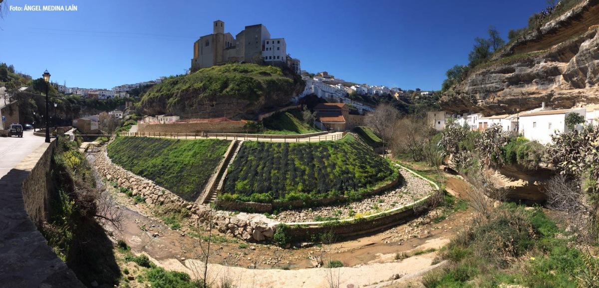 Los Cortinales y la fortaleza de Setenil vistas desde Las Cabrerizas. Finalmente, se salvó la escalera de bajada al río. Foto: ÁNGEL MEDINA LAÍN.