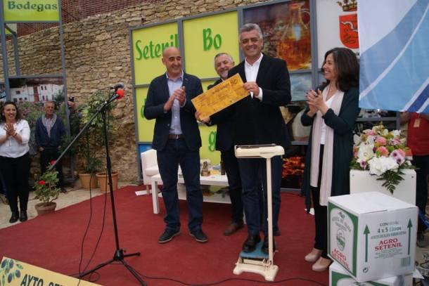 El popular presentador de Canal Sur TV fue pesado en directo para recibir el equivalente en litros de aceite de Setenil. Barragán ha donado este premio a Cáritas Setenil. Foto: TELE ALCALÁ.
