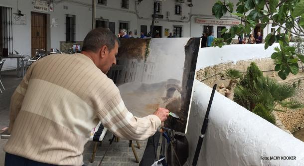 Fructuoso Sañudo, de Arcos, ganó el Certamen de Pintura Rápida con este formidable cuadro de Las Cuevas. Aquí lo vemos mientras lo pintaba. Foto: JACKY KOOKER.