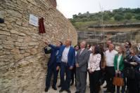 El alcalde de Setenil, Rafael Vargas, y el delegado del Gobierno central en Andalucía, Antonio Sanz, inauguran el Pseeo de Setenil en presencia del presidente de la Confederación Hidrográfica del Guadalquivir, Manuel Romero, y el exalcalde Cristóbal Rivera.