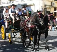 """Pepe y Felipe conducen uno de los carruajes de Setenil en el multitudinario recorrido del desfile callejere de """"Ronda Romántica"""". Foto: CANAL CHARRY"""