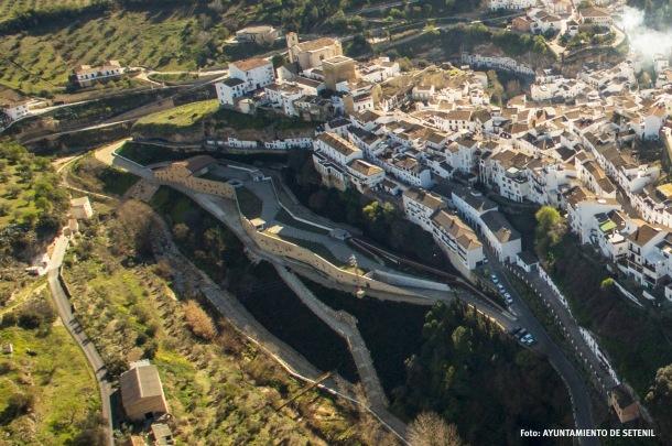 Vista aérea del parking. Foto: AYUNTAMIENTO DE SETENIL