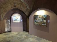 Lateral del Torreón, con los absidiolos revestidos para respetar su fisonomía. En la imagen aparecen los dos cuadros expuestos de Setenil.