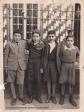 """EL CASINO. A mediados de los años '50 del siglo pasado, el Casino vivía uno de los momentos de mayor esplendor. Estaba alquilado en la actual casa de Candidita. En la imagen vemos al botones Antonio Aguilera """"El Gorrión"""" en su primer día, acompañado del hijo de Juan 'el Municipal', Rafael Corral y Antonio 'el bayusco'. FOTO CEDIDA POR RAFAEL CORRAL Y CARMEN PEÑA"""