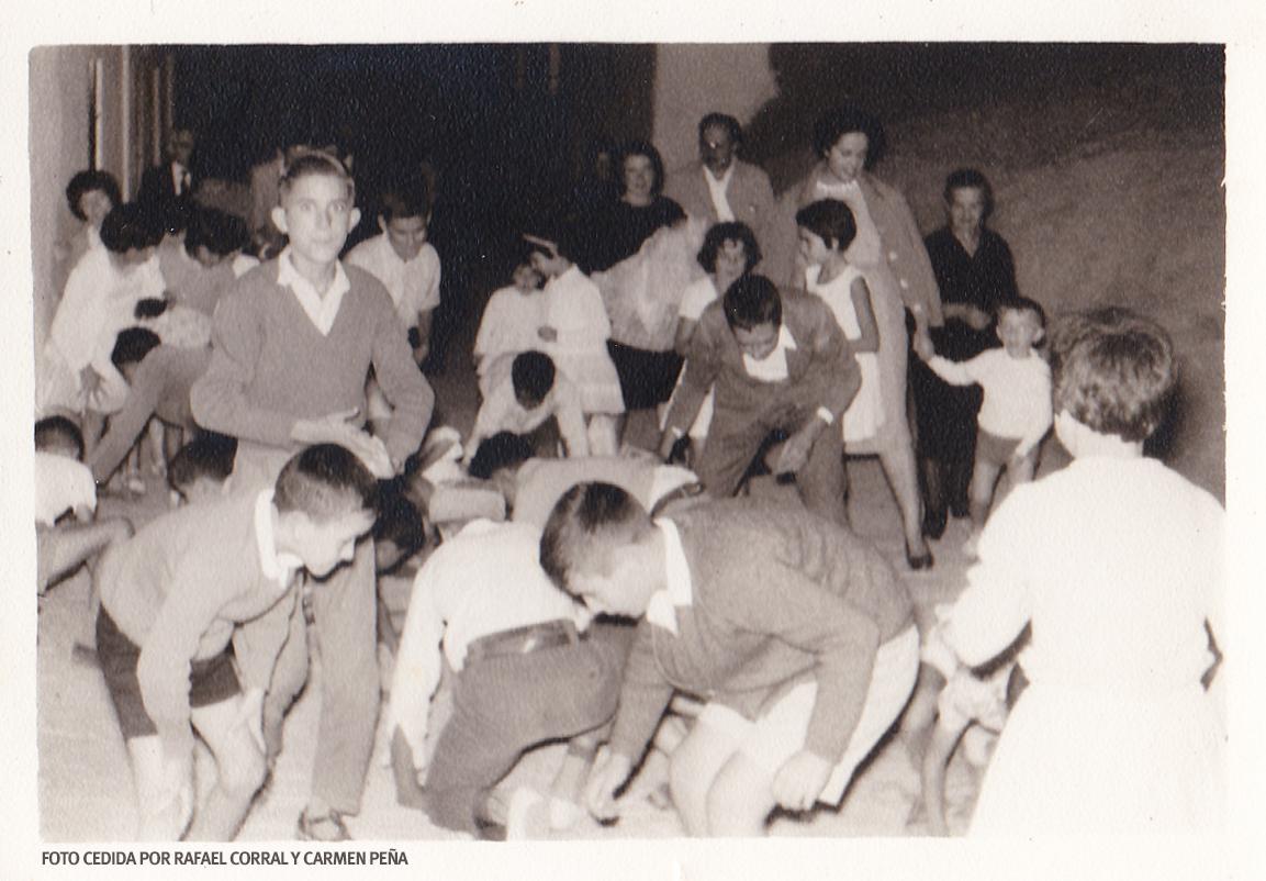 A PELÓN. Era habitual que el padrino de un bautizo tuviera el detalle de lanzar al aire un 'pelón' de reales y pesetas, que provocaba la algarabía de los niños. FOTO CEDIDA POR RAFAEL CORRAL Y CARMEN PEÑA.