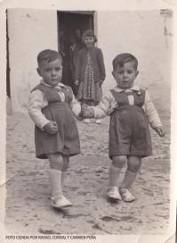 MELLIZOS EN LA CALLE MINA. Como tantos vecinos que emigraron de Setenil, los hermanos Bartolo y Antonio Salazar se marcharon a Barcelona. Aquí los vemos de pequeños en la puerta de su casa en la calle Mina. FOTO CEDIDA POR RAFAEL CORRAL Y CARMEN PEÑA.