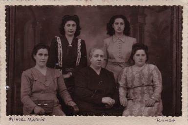 Filomena Ramírez, pionera de la Romería en 1949, en el centro de la imagen tomada en el estudio de MIGUEL MARTÍN. Foto cedida por RAFAEL VARGAS VILLALÓN.