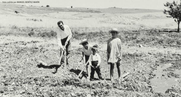 Manuel Benítez padre prepara el huerto para regar a manta. El agua se sacaba de una alberca cercana. Foto cedida por MANUEL BENÍTEZ MARÍN.