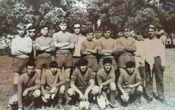 Fotografía cedida por Bernabé Zamudio, que aparece agachado, el segundo por la izquierda junto a Salvador.