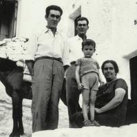 Esta foto es de 1965, en la Calle Sin Salida. Manuel y José Benítez (padres de Manolo y José María el del Mirabueno), María Morilla (madre de José María) y su hijo Juan Benítez Morilla, con 4 años. Fue el día en que Manuel Benítez le llevó una yegua a su hermano para bajar el pan al cortijo Las Garduñeras. Foto cedida por MANUEL BENÍTEZ MARÍN