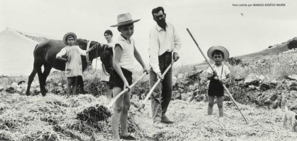 Volteando la palva para seguir trillando. En la imagen, del mismo año, están Manuel Benítez padre y sus hijos (Ángeles, Francisca y Benítez Ortiz) y José Luís Benitez Marin.