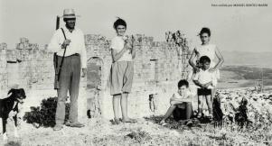 Cuando la ciudad romana de Acinipo era un campo de labranza. Posado de la familia Benítez ante el antiguo anfiteatro romano, en un día se cacería. Foto cedida por MANUEL BENÍTEZ MARÍN. Más información aquí http://bit.ly/2keGaPD